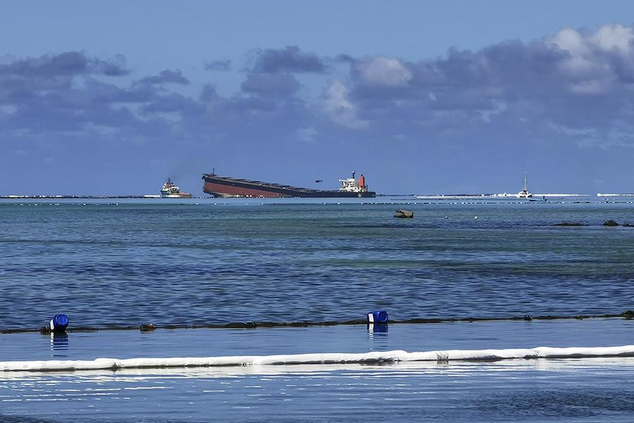 Vasul MV Wakashio, parțial scufundat, poluează cu petrol.