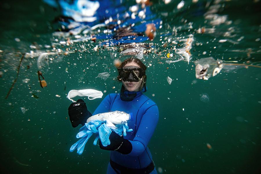 Sahika Encumen, campioană mondială la scufundări libere, adună gunoiul din strâmtoarea Bosfor