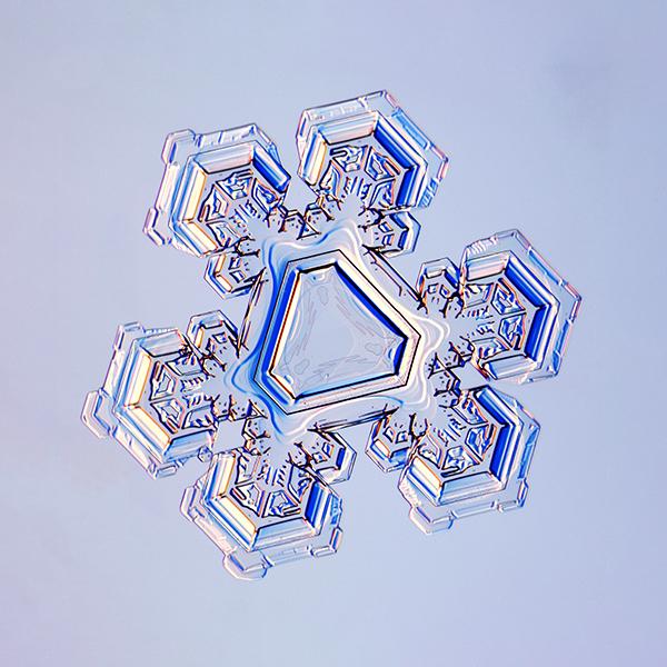Fulg de nea. Cristal triunghiular