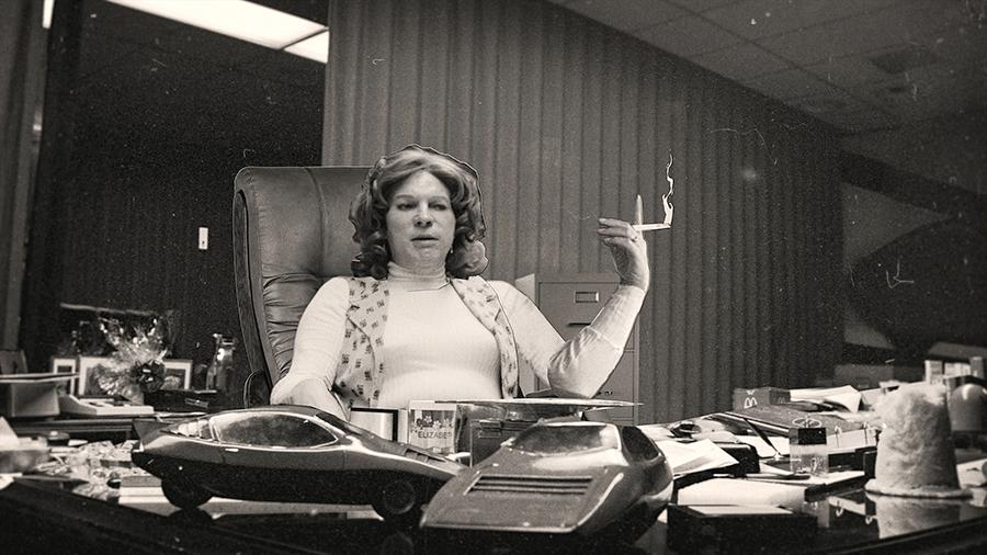 Liz Carmichael în biroul Twentieth Century Motor Car Corporation