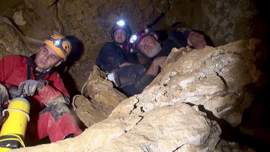 exploratori în Peștera Movile