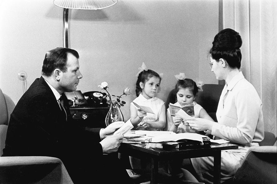 Iuri Gagarin cu soția, Valentina, și fiicele Lena and Galina.