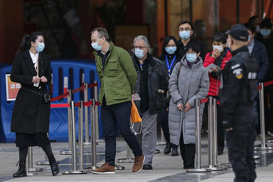 Echipa de experți OMS vizitează o expoziție dedicată luptei împotriva coronavirusului în Wuhan, China