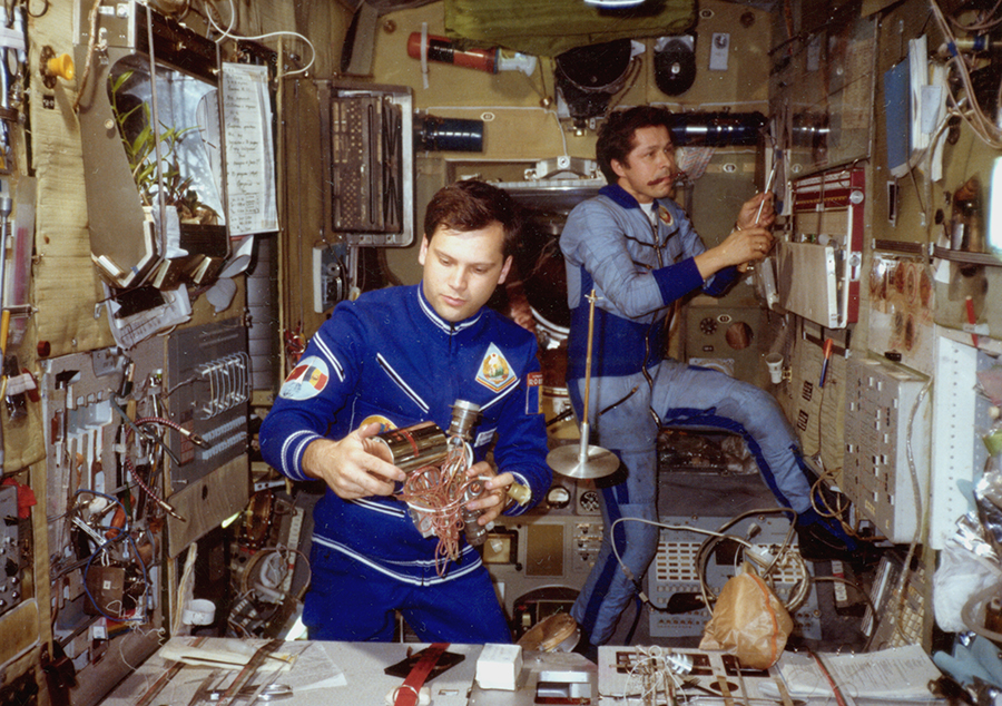 Mindcraftstories_Dumitru Prunariu-Savinyh-Cosmonaut-Soyuz 40-Salyut 6_07_Arhiva personala