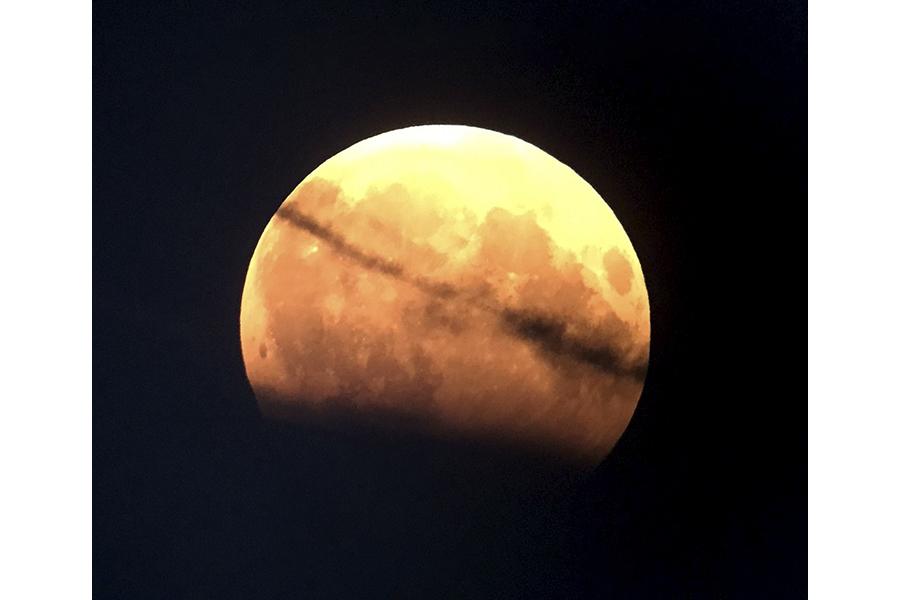 Mindcraftstories_Adrian Sonka_Interviu_Observatorul Astronomic_carte_O plimbare prin Univers-Eclipsa de luna_06_Arhiva Personala
