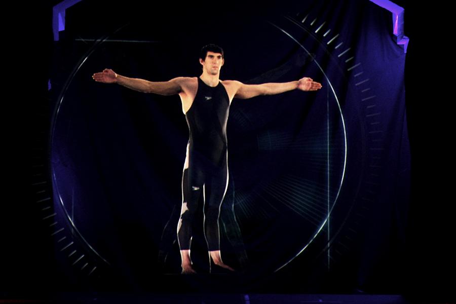 Holograma lui Michael Phelps prezentând costumul Speedo LZR Racer