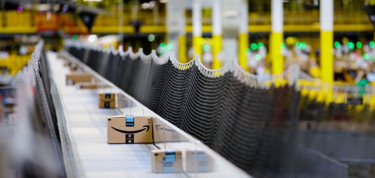 """""""600 de pachete pe oră"""" - Amazon introduce tot mai mulți roboți în depozitele sale"""