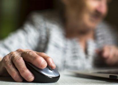 Lăsați bunicii pe net! Seniorii care folosesc computerul au un risc mult mai scăzut de demență
